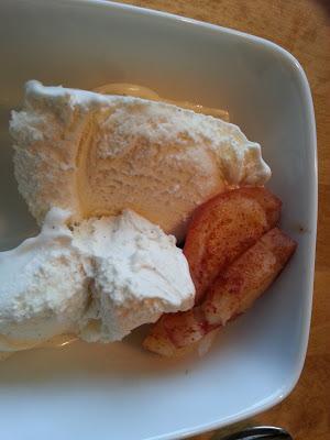 Grillet eple og banan med vaniljeis